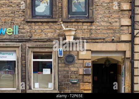 Ein Stößel und Mörser alten Handels Zeichen außerhalb ein Chemiker in Lancaster - Stockfoto