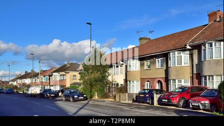 Straße mit Reihenhäusern und Doppelhaushälften suburban Häuser in Filton, Vorort von Bristol in South Gloucestershire, England, Großbritannien - Stockfoto