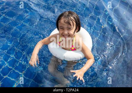 Asiatische kleinen chinesischen Mädchen spielen im Schwimmbad Outdoor - Stockfoto