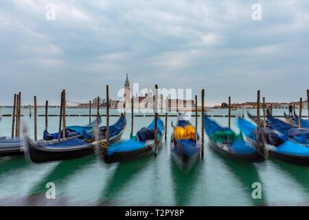 Gondeln vertäut an der Piazza San Marco und die Kirche San Giorgio Maggiore im Hintergrund