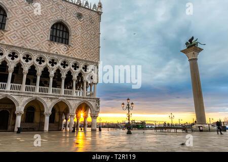 Doge's Palace an der Piazza San Marco in Venedig bei Sonnenaufgang, Italien - Stockfoto