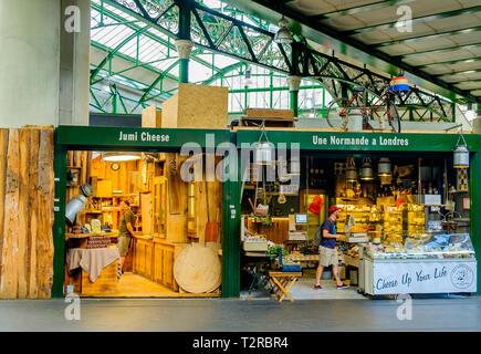 London, U.K, May 2018, französischer Käse Shop im Borough Markt, England - Stockfoto