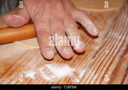 Hand Vorbereitung cookies - Stockfoto