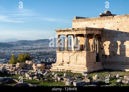 Portal der Karyatiden mit Blick auf die Stadt von Athen im Hintergrund - Stockfoto