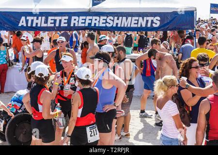 Miami Beach Florida Nautica South Beach Triathlon Atlantik Küste Sport Fitness post Rennen Erfrischung Geselligkeit Mann Frau - Stockfoto