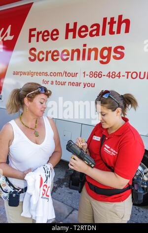 Miami Beach Florida gehen Miami Care Ressource HIV AIDS Epidemie gemeinschaftliche Ressource profitieren Spendenaktion Sponsor AARP Walgreens kostenlos - Stockfoto