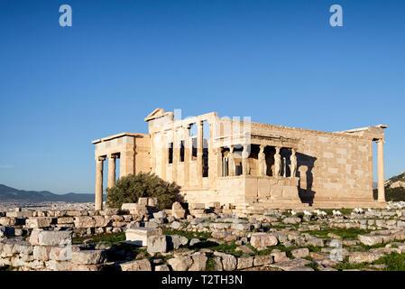 Blick auf Erechtheion, auch als Erechtheion, Tempel der Athena und Poseidon in Athen, Griechenland, bekannt - Stockfoto