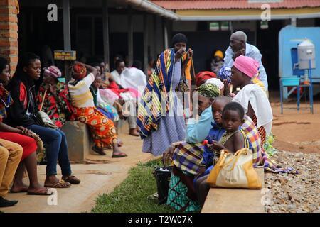 Kigali, Ruanda. 4 Apr, 2019. Ruandische Volk warten kostenlose Gesundheitsversorgung von chinesischen Ärzten in Kigali, der Hauptstadt Ruandas, am 4. April 2019. Über 300 Patienten hatten während der kostenlosen Gesundheitsdienst vom 19 China Medical Team in Ruanda in den letzten drei Tagen behandelt worden, und über 100 Patienten kamen am Donnerstag für die Behandlung. Credit: Lv Tianran/Xinhua/Alamy leben Nachrichten - Stockfoto
