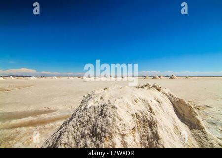 Stapel von Salz Ausbildung in den Salar de Uyuni, Bolivien - Stockfoto