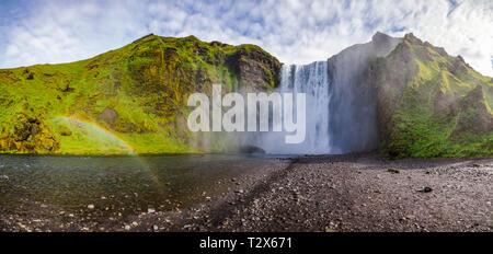 Panoramablick auf den Skogafoss, einer der größten isländischen Wasserfälle auf der Skoga Fluss, eine beliebte Touristenattraktion im südlichen Island, für Skandinavien - Stockfoto
