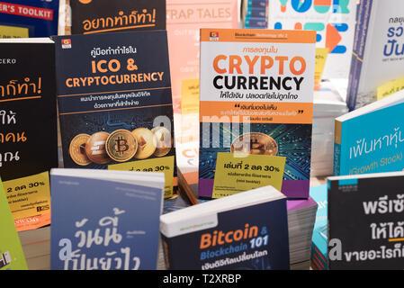 Bangkok, Thailand - Oktober 4, 2018: Bücher auf crypto Währung, bitcoin und blockchain Technologie in der thailändischen Sprache auf einem Geschäft Regal einer Buchhandlung. - Stockfoto