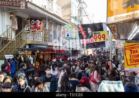 Tokyo, Japan - 21. Dezember 2014: eine Menge Leute auf Takeshita Straße, einem berühmten Einkaufs- und Fußgängerzone in Harajuku. - Stockfoto