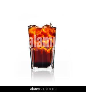 Moscow Mule oder Cuba Libre Cocktail auf weißem Hintergrund - Stockfoto
