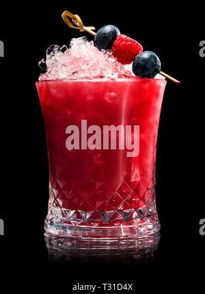 Fruchtige Beeren Cocktail auf schwarzem Hintergrund - Stockfoto