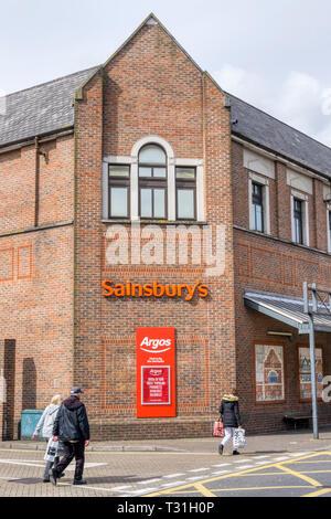 Zeichen für ein Sainsbury Supermarkt auch mit einer Niederlassung von Argos Katalog Shops. - Stockfoto