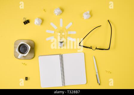 Flach Finanzplanung Brainstorming unordentlich Tabelle Bild oben mit leeren Clip Board, Bürobedarf, Kugelschreiber, Notizblock, Brillen, Tasse Kaffee, leichte - Stockfoto