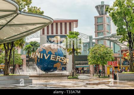 Menschenmengen vor den Universal Studios Singapore im Resorts World Sentosa auf der Insel Sentosa, Singapur   Besucher vor den Universal Studios Singapur im - Stockfoto