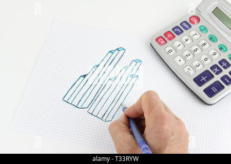 Von Hand gefertigte Zeichnung einer Grafik auf dem Quadrat Blatt, der Hand des Mannes auf dem Schreibtisch, arbeiten und sich zu bewegen. - Stockfoto