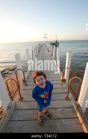 Junge 3 Jahre alten Jungen auf einem Pier an der Sicherheit Strand, Victoria, Australien - Stockfoto