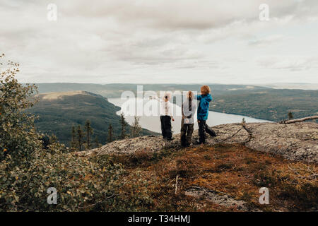 Drei Kinder wandern zu Vikerfjell, Norwegen - Stockfoto