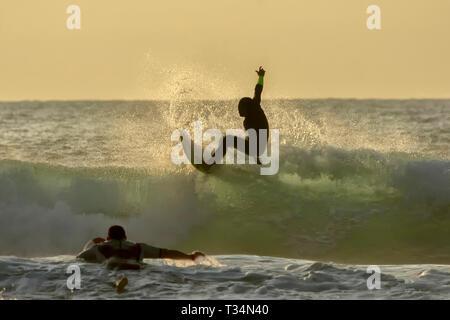 Silhouette von zwei Surfer, Sopelana, Bilbao, Spanien - Stockfoto