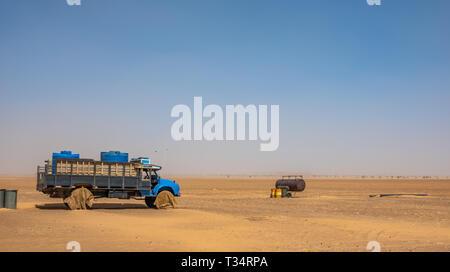 Sudan, Februar 10., 2019: Wasser wagen und Wasserfässer mitten in der Wüste des Sudan - Stockfoto