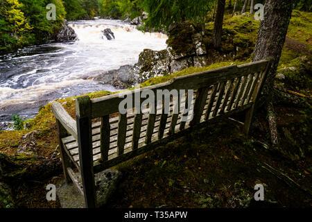 Unter den vollen Durchfluss Bedingungen gezeigt, Cassley fällt auf River Cassley in der Nähe von Achness, Sutherland, Schottland. - Stockfoto