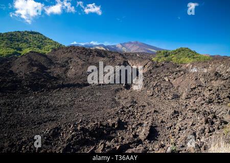 Lavafeld von vulkanischen Ausbruch des Ätna ein aktiver stratovulkan an der Ostküste in Taormina, Sizilien, Italien - Stockfoto