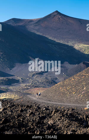 Touristen zu Fuß über die Lava Feld durch Vulkanausbruch des Ätna aktiver stratovulkan in Taormina, Sizilien, Italien - Stockfoto