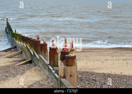 Kiesel Türme auf dem Wellenbrecher in Southwold Beach in Suffolk, Großbritannien - Stockfoto