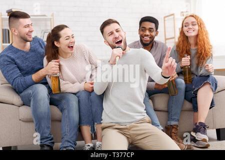 Home Party. Schüler singen Lieder, Zeit miteinander zu verbringen - Stockfoto