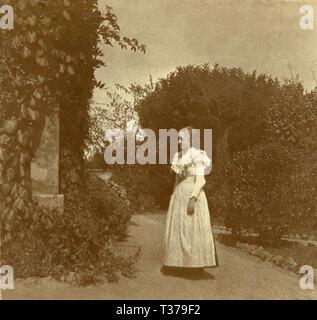 Das gespenstische Mädchen schwebend vor der Verkleidung im Garten, 1910 s - Stockfoto
