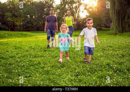 Lustige Zeit - Junge Familie Spaß zusammen haben im Park - Stockfoto