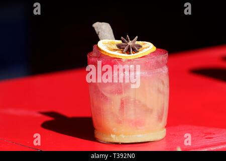 Cocktail auf rotem und schwarzem Hintergrund - Stockfoto