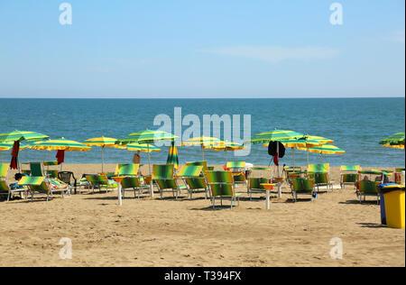 Viele Sonnenschirme am Strand im Sommer - Stockfoto