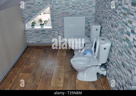 Zwei neue Keramik WC für Kinder im Dachgeschoss. - Stockfoto