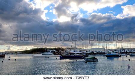 Wolken über den Hafen von Marsamxett, mit Manoel Island und Sliema dahinter driften. Die Ufer der maltesischen Hauptstadt La Valletta verlassen - Stockfoto