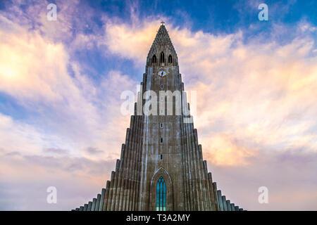 Die Hallgrímskirkja Kirche (Kirche Hallgrimskirkja) vom Architekten Guðjón Samúelsson in Reykjavík, Island