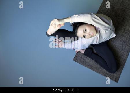 lächelnde sportlich yogi mädchen tun fitness Übungen