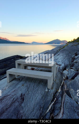 Ein Picknick Tisch im Hellåga Rastplatz auf Sjonafjord entlang der Helgelandskysten National Scenic Route in Nordland Norwegen - Stockfoto