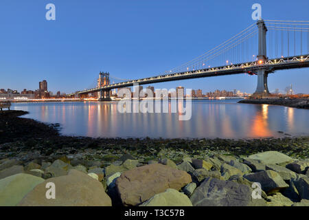 USA, New York City Downtown Financial District von Manhattan, One World Trade Center und die Brooklyn Bridge - Stockfoto