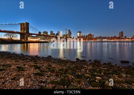 USA, New York City Downtown Financial District von Manhattan, One World Trade Center und die Brooklyn Bridge - Stockfoto