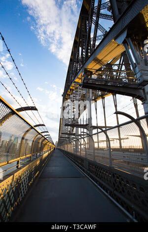 Die beliebten Sydney Harbour Bridge Fußgängerzone von Circular Quay nach North Sydney in New South Wales, Australien - Stockfoto