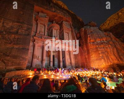 Petra bei Nacht bei Kerzenschein touristische Veranstaltung im Treasury (Al Khazneh), Petra, Jordanien, UNESCO - Stockfoto