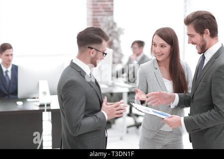 Ein zufriedener business lady erklärt die Statistik Tabelle - Stockfoto