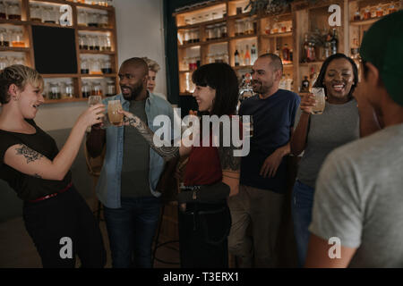 Diverse junge Freunde Spaß zusammen in eine Bar - Stockfoto
