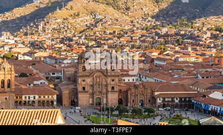 Luftaufnahme der Kirche der Gesellschaft Jesu, und die Plaza de Armas Cuzco, Peru - Stockfoto