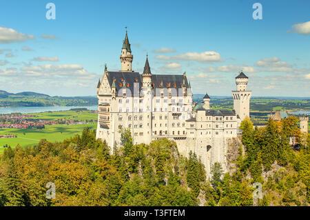 Schöne Aussicht auf den weltberühmten Schloss Neuschwanstein, 19. Jahrhundert Romanesque Wiederbelebung Palast für König Ludwig II., mit Aussichtsberg si - Stockfoto