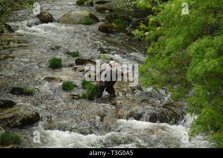 Ansicht eines Fischers waders tragen beim Angeln im Fluss - Stockfoto