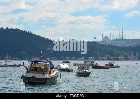 Kleine Boote auf dem Bosporus an einem klaren Sommertag. Istanbul, Türkei. - Stockfoto